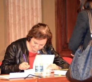 La scrittrice spagnola Clara Sánchez firma le copie per i suoi fan dopo l'incontro di domenica 24/11 all'Istituto dei Ciechi